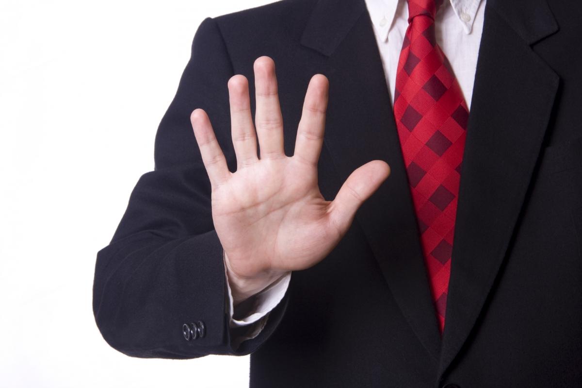 Мужчина показывает руку