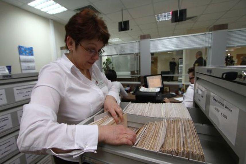 Женщина ищет документы в баз