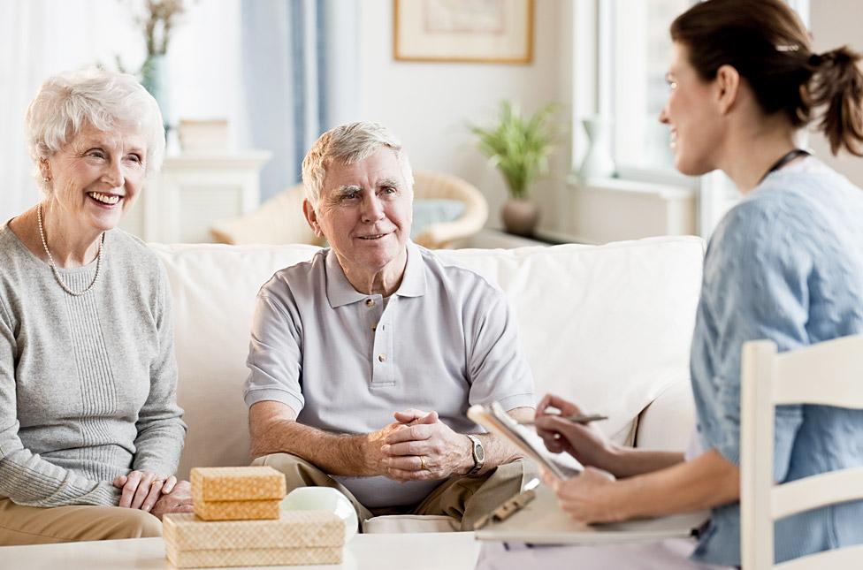 Пожилые люди и девушка