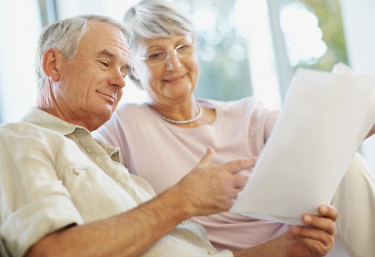 Пенсионеры смотрят на докуменнты