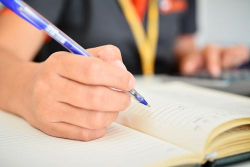 Девушка пишет в блокнот